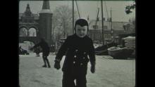 AV1855 jongetje schaatst bij waterpoort