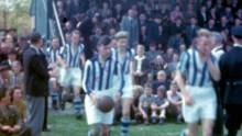 Thumbnail 1 - Abe komt met de bal het veld op Heerenveen-Haarlem 1948