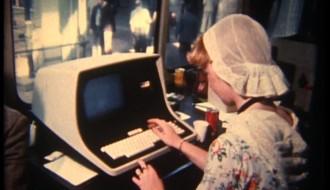 av467 meisje met klederdracht en computer